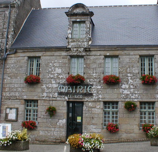 mairie typique de locronan