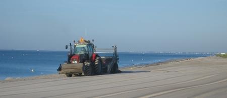 tracteur qui nettoie les plages de fouesnant