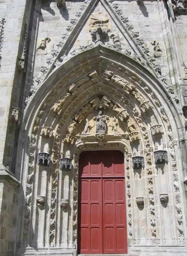 Les entrées de la cathédrale sont richement décorées